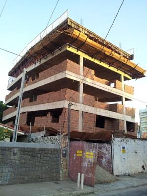 Construção foi interditada em Ponta Negra, zona Sul de Natal (Foto: Antônio Netto/G1)