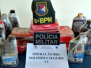 Drogas foram encontradas em canoas atreladas ao navio (Foto: Divulgação/ PM-AM)
