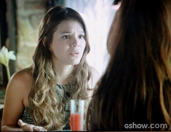 Luiza confessa seu amor por Laerte e pede ajuda de Clara (Foto: Em Família / TV Globo)
