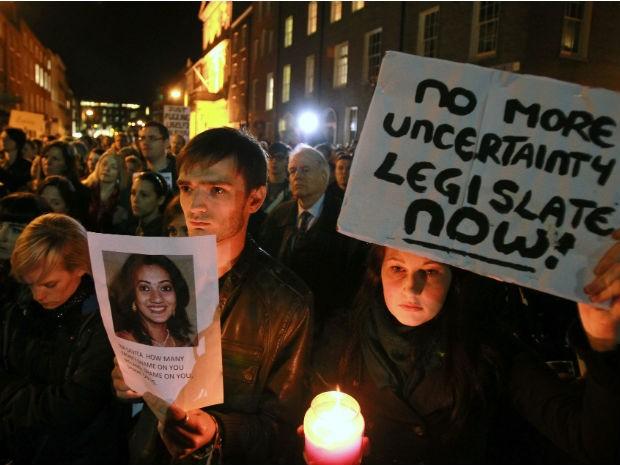 Irlandeses protestam contra morte de indiana grávida, em Dublin (Foto: Peter Muhly/AFP)