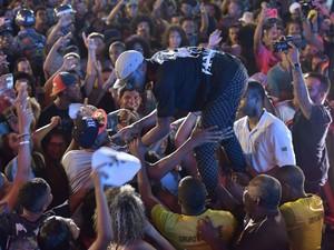 Teve até surfe na plateua durante o show da Baiana (Foto: Elias Dantas/Ag. Haack)