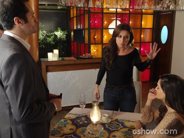 Marina pede para Clara se controlar, mas ela reage ao preconceito (Foto: Em Família / TV Globo)