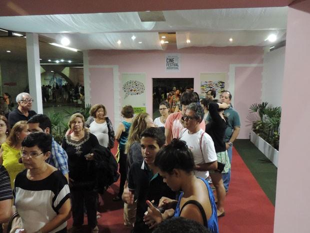 Público lotou Teatro Guararapes para assistir à exibição especial de 'Getúlio' (Foto: Katherine Coutinho / G1)