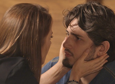 Débora quase flagra beijo de Rafael e Lili