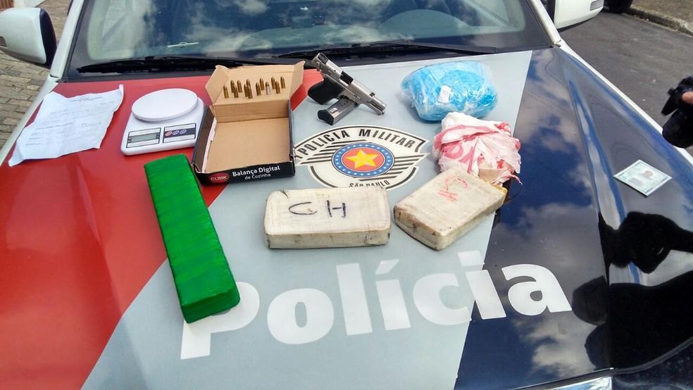 A polícia também apreendeu mais porções de drogas e uma pistola em uma casa em Jacareí (Foto: Divulgação/Polícia Militar)