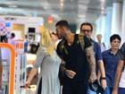 Lucas Lucco dá selinho na mãe em aeroporto