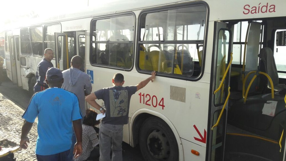 Ônibus ficou parado na orla de Salvador para atendimento das vítimas (Foto: Vanderson Nascimento/TV Bahia)