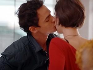 O papo termina com um beijo (Foto: Sangue Bom/TV Globo)