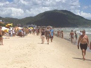 Muitos turistas e moradores optaram caminhar pela Praia dos Ingleses, na manhã deste domingo (20) (Foto: Thomas Braga/RBS TV)