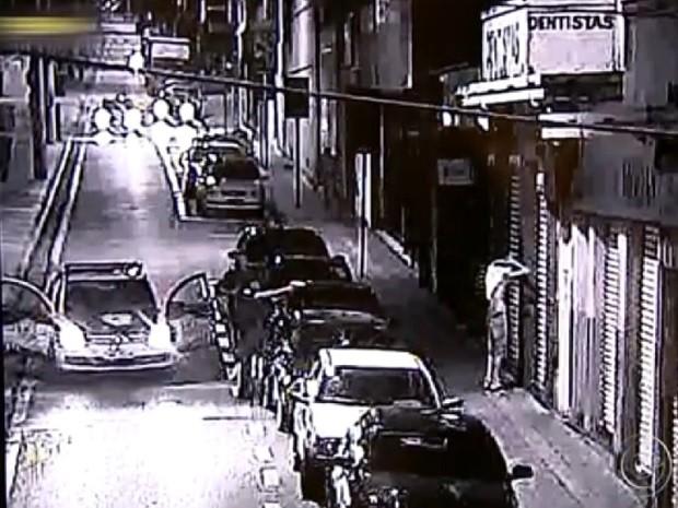 Menores foram flagrados pelas câmeras da GCM ao furtar veículo (Foto: Reprodução TV TEM)