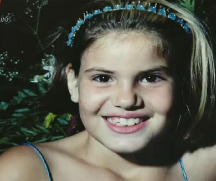 Camila Queiroz se divertiu ao ver suas fotos de infância (Foto: Vídeo Show / Gshow)