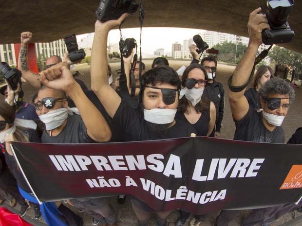 Ato contra as agressões sofridas por jornalistas nas últimas manifestações ocorridas na capital, na manhã desta quarta-feira (14) no vão livre do Masp (Foto: Marcelo Gonçalves/SigmaPress/Estadão Conteúdo)