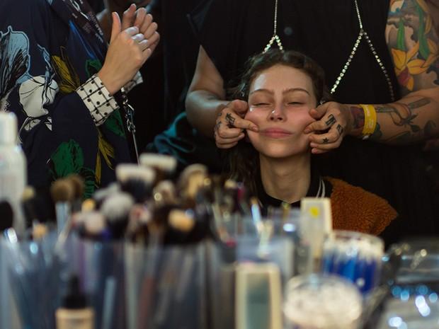 Segundo a maquiadora Amanda Schön, os movimentos devem ser circulares e para cima (Foto: André Bittencourt)
