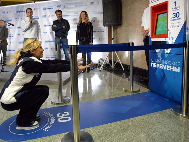 A ex-ginasta russa Yelena Zamolodchikova inaugura campanha que incentiva vida mais saudável  (Foto: AFP PHOTO / YURI KADOBNOV)