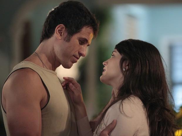 O pobre do Ulisses não faz ideia da víbora que namora (Foto: Guerra dos Sexos / TV Globo)