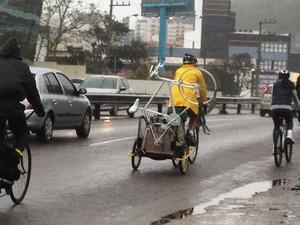 Ciclistas percorreram cerca de 10km com a bicicleta fantasma (Foto: Naim Campos/RBS TV)