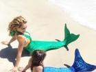 Thalia posa vestida de sereia com a filha, Sabrina, em praia