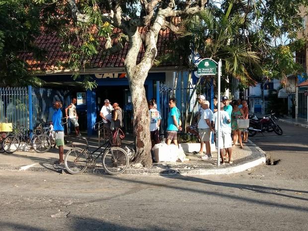 Primeiras pessoas da fila chegaram logo pela manhã (Foto: Paulo Cardoso/G1)