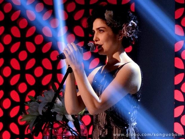 Verônica arrasa no palco ao soltar seu lado Palmira Valente (Foto: Sangue Bom/TV Globo)
