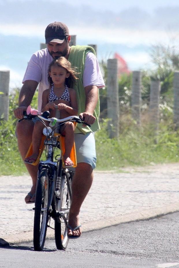 Thiago Lacerda com a filha (Foto: Dilson Silva / Agnews)