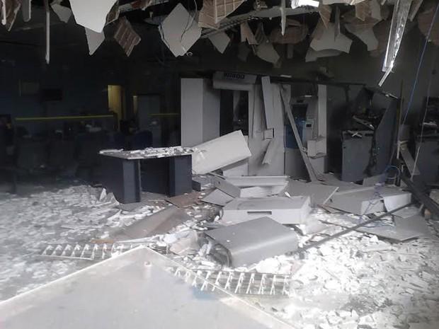 Pelo menos quatro caixas foram explodidos durante a madrugada desta segunda (17) (Foto: Ezequias Lima Alves/Vc no G1)