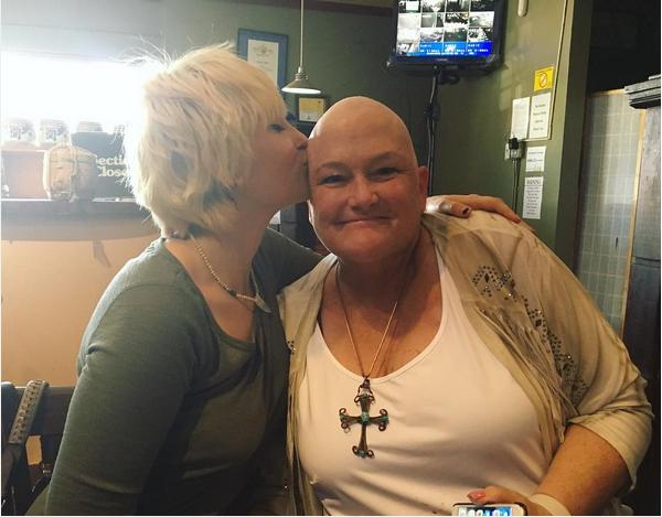 Paris Jackson e sua mãe, a enfermeira Debbie Rowe (Foto: Instagram)