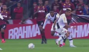 Rafael Silva e Thalles perdem o controle da bola na derrota do Vasco para o Atlético-PR (Foto: Reprodução SporTV)