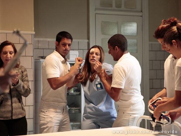 Paloma tenta impedir que os enfermeiros a coloquem na maca (Foto: Amor à Vida/ TV Globo)