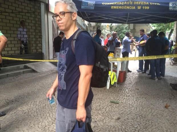 Filho de moradora do prédio Canoas foi ao prédio apanhar pertences da mãe que não estava no prédio (Foto: Matheus Rodrigues/G1)