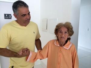 Comerciante que a encontrou ajuda na busca pelos familiares (Foto: Fernanda Zauli/G1)