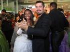 Ex-BBB Yuri e Belo dançam com debutantes na quadra da Mangueira