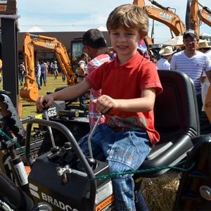 Crianças transformam feira agrícola em parque de diversões (Adriano Oliveira/G1)
