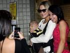 Claudia Leitte viaja com a família e atende fãs no aeroporto