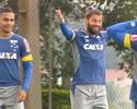 """Treino do Cruzeiro tem pancada em Willian e alto astral: """"Alegria, alegria"""""""