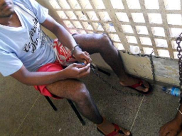 Preso estava acorrentado em delegacia de Macau (Foto: Corregedoria do TJRN/Divulgação)