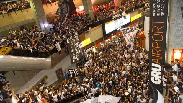 Torcida Corinthians embarque aeroporto (Foto: Gustavo Tilio / Globoesporte.com)