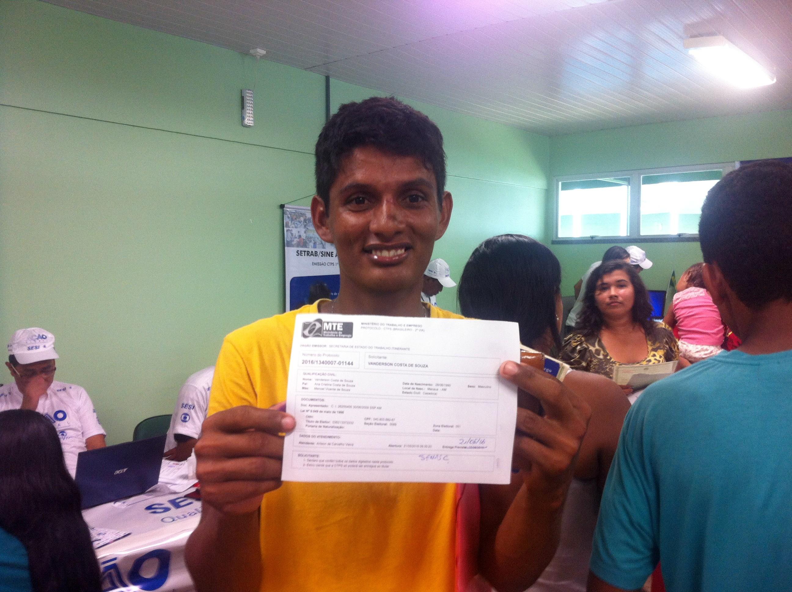 Wanderson saiu feliz por ter adquirido o seu cpf e a carteira de trabalho (Foto: Onofre Martins/Rede Amazônica)