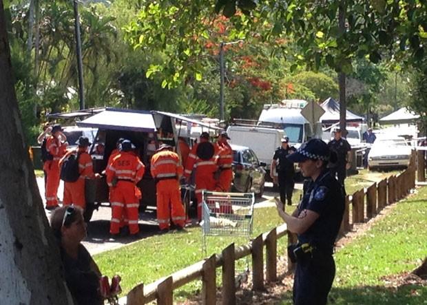 Policiais e equipes de resgate são vistos do lado de fora de casa onde oito crianças foram encontradas mortas em Cairns, na Austrália, nesta sexta-feira (19) (Foto: Catherine Shaw/AFP)