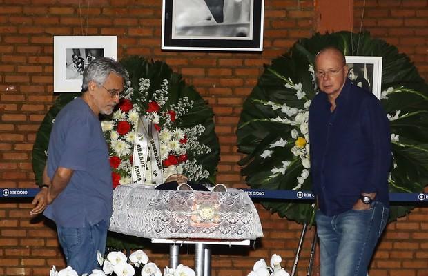 Aderbal Freire Filho e Gilberto Braga se despedem de José Wilker (Foto: Marcello Sá Barretto / AgNews)
