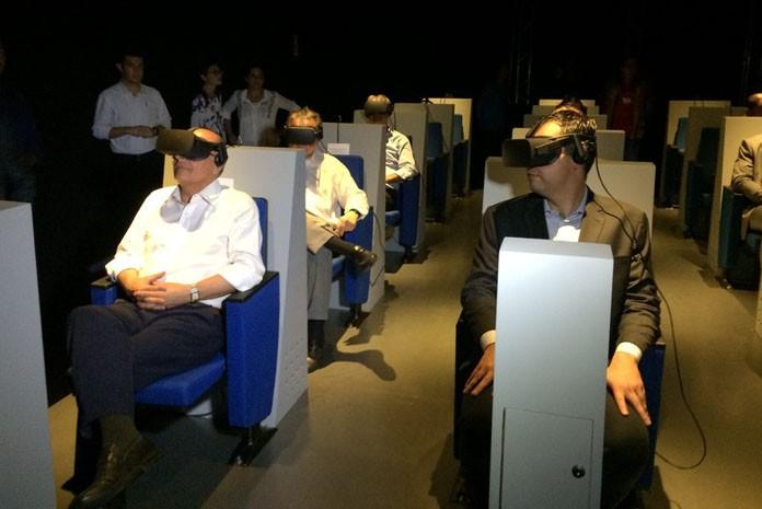 Geraldo Alckmin e Bruno Covas na sala de realidade virtual do Museu Catavento