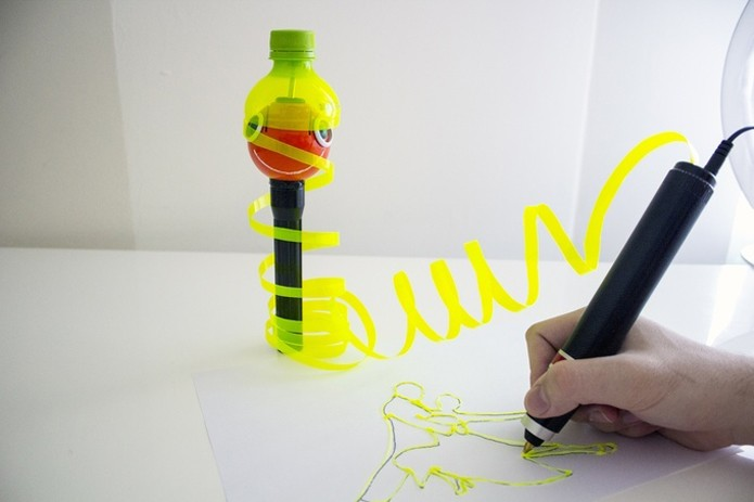 Caneta desenha em 3D usando plástico reciclado de garrafas pet como material (Foto: Reprodução/Kickstarter)