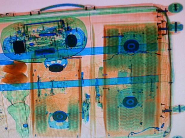 Suspeito disse que pegou a mala na rodoviária de Foz do Iguaçu, mas não sabia o que havia nas caixas de som; escâner revelou o conteúdo ilegal (Foto: RF / Divulgação)
