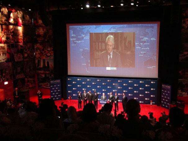 O ex-presidente dos EUA Bill Clinton participou do evento via satélite (Foto: Pedro Palmeiro)
