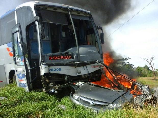 Carro explodiu após batida em ônibus de turismo  (Foto: Oeste Capital FM/Divulgação)