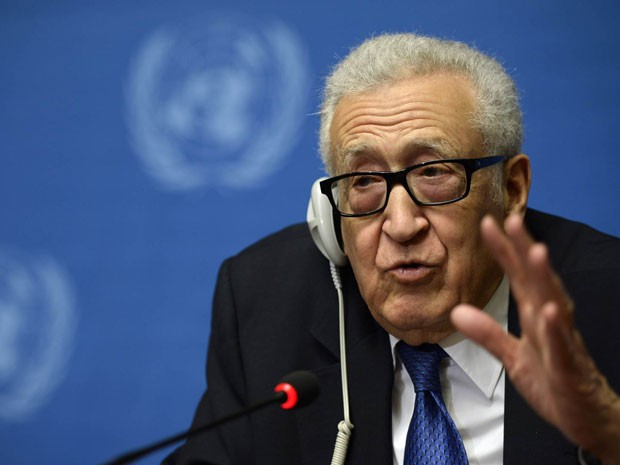 Mediador da ONU Lakhdar Brahimi durante negociações entre governo e oposição sírios neste sábado (15) (Foto: AFP PHOTO / PHILIPPE DESMAZES)