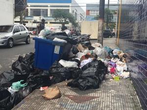 Lixo espalhado pela calçada no Centro de Peruíbe, SP (Foto: Patrícia Varoni/Arquivo Pessoal)