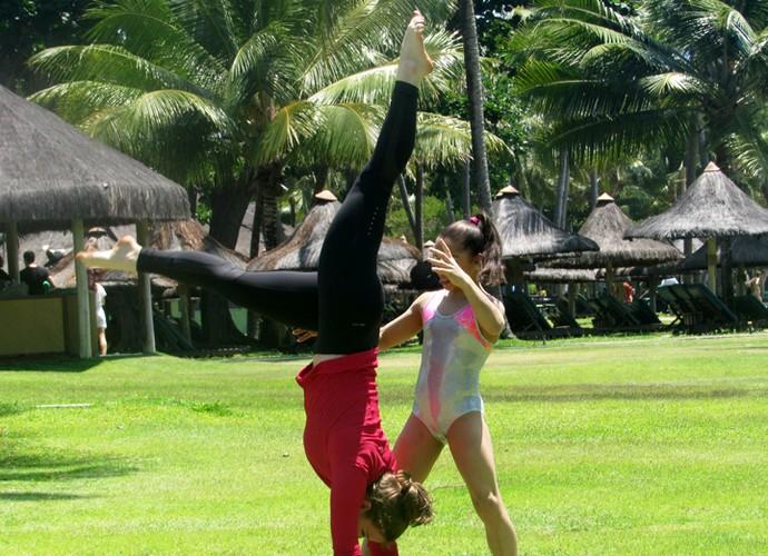 Alice Wegamnn é ajudada pela ginasta Flávia Saraiva (Foto: Nathália Gomes / Gshow)