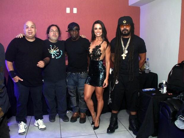Fernanda D'Avila com integrantes do grupo O Rappa em show na Zona Oeste do Rio (Foto: Foto Rio News)