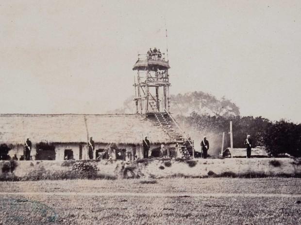 Residência do Barão do Triunfo, na fronteira entre o Brasil e o Paraguai, é protegida por tropas (Foto: Fundação Biblioteca Nacional)