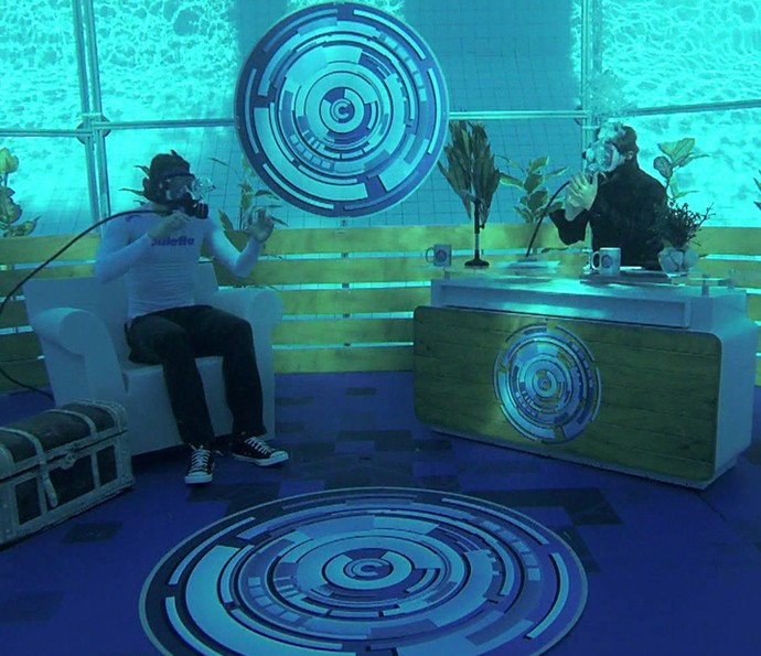 Luciano Huck faz entrevista com Thiago Pereira debaixo d'agua (Foto: TV Globo)
